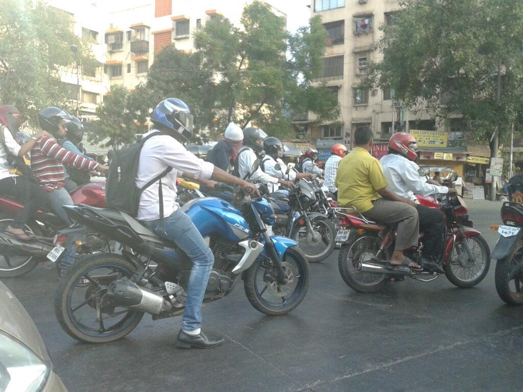 Alcune motociclette in attesa del semaforo verde