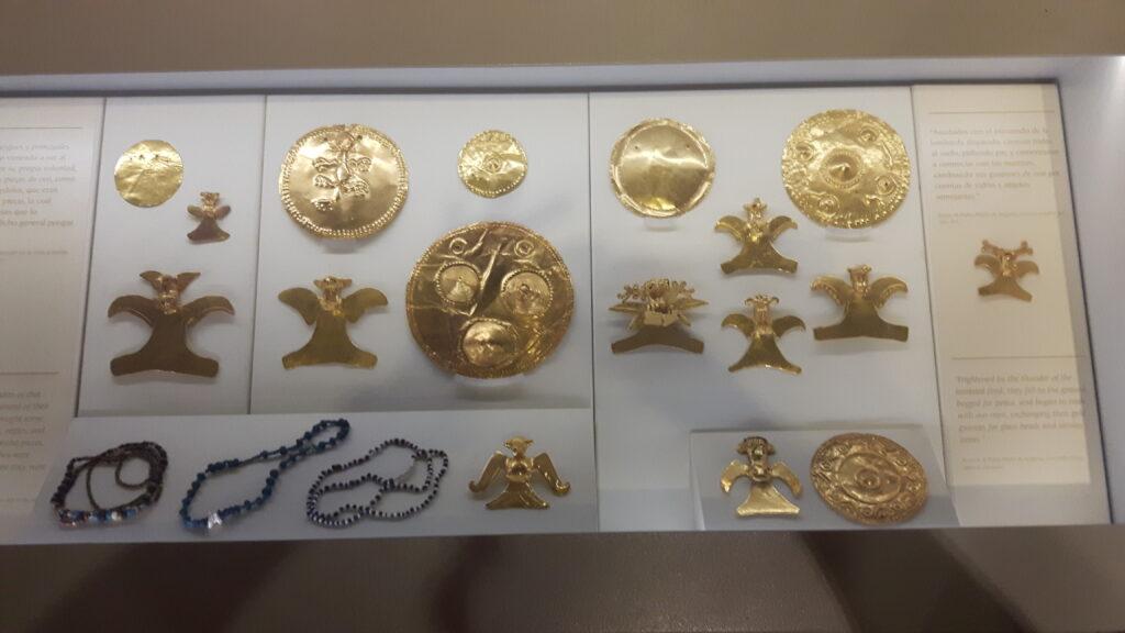 Alcuni oggetti in oro nel museo