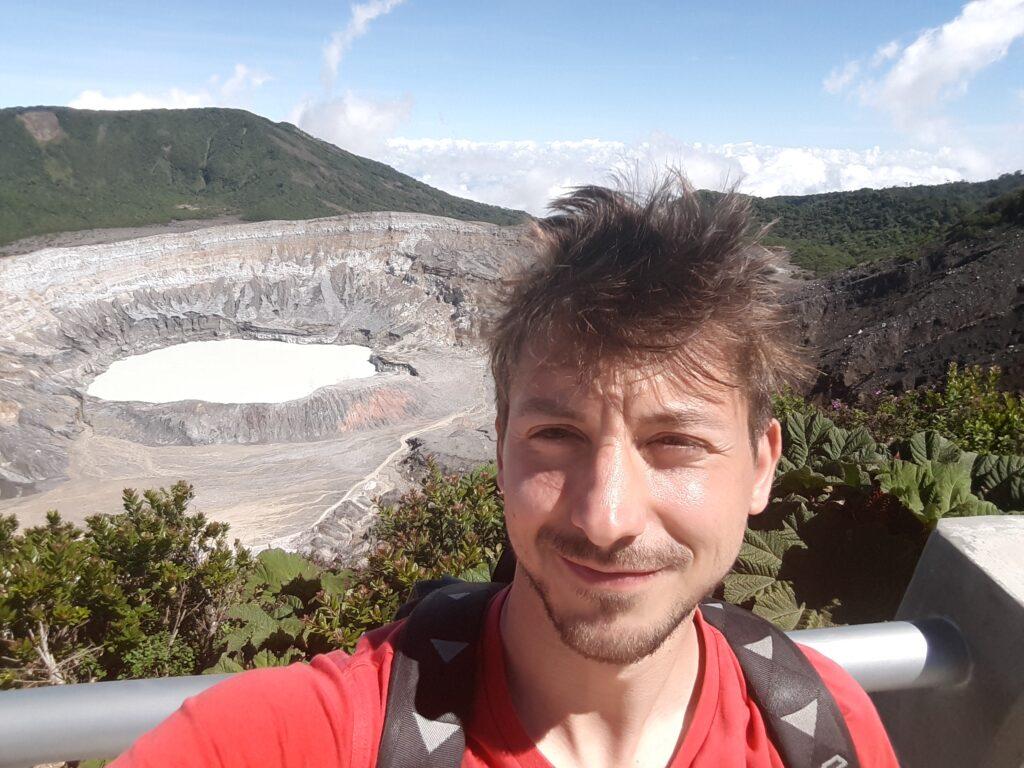 Selfie con alle spalle il vulcano Poás