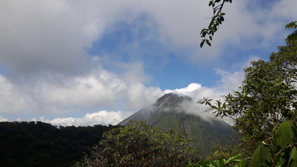 La favolosa vista del vulcano Arenal coperto dalle nuvole