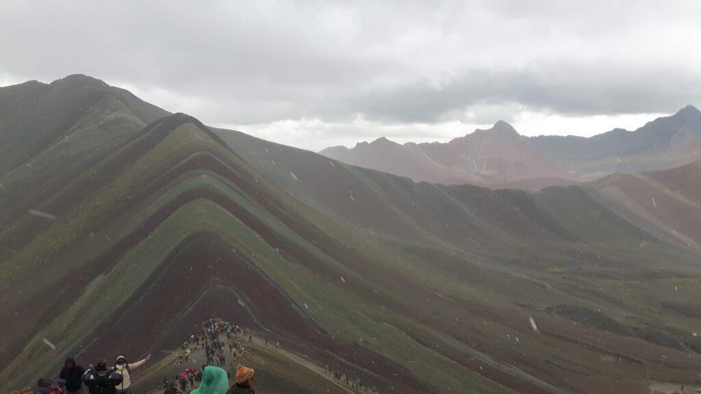 La montagna Vinicunca durante la nevicata