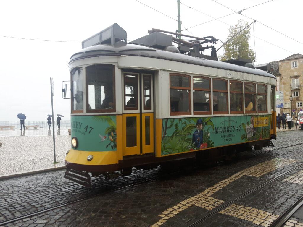 Un tipico tram di Lisbona