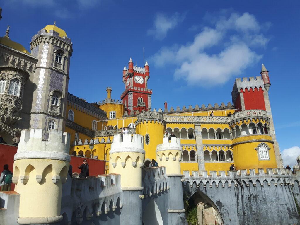 Il bellissimo e coloratissimo Palácio nacional da Pena